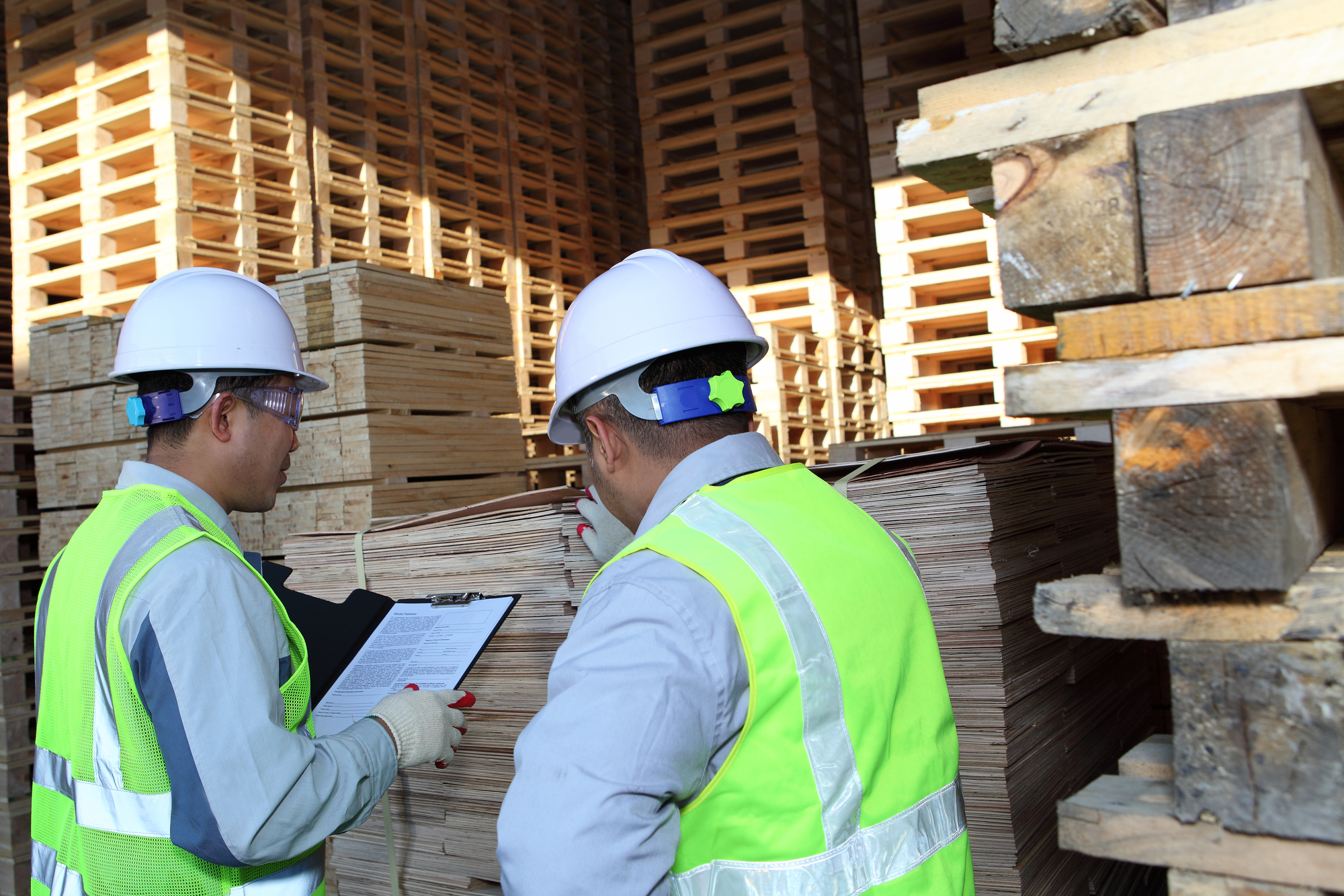 picture of two men discussing pallet services.